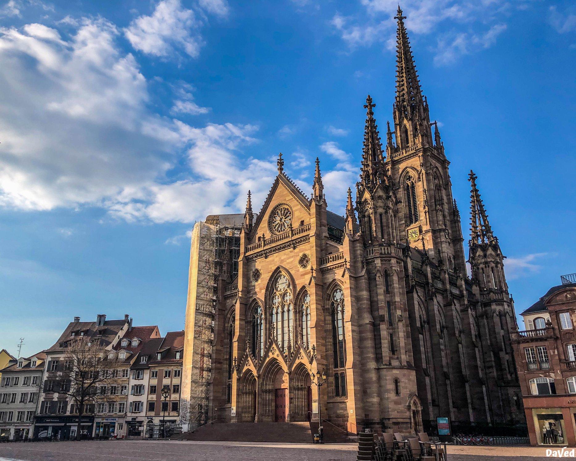 Le temple Saint-Etienne, édifice protestant le plus haut de France, érigé au milieu du 19e siècle sur la Place de la Réunion. • © David Ball, DaVed